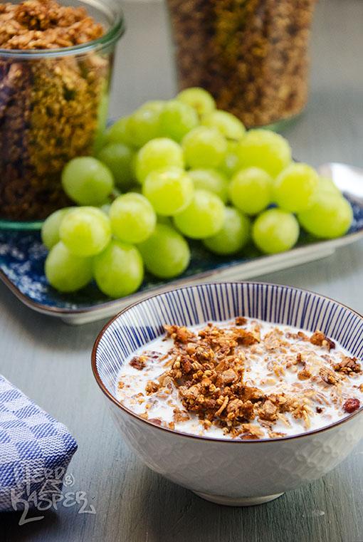 Apfel-Zimt-Müsli schmeckt besonders gut mit frischen Trauben.