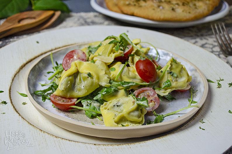 Lauwarmer Tortelloni-Salat mit Frischkäse-Dressing.