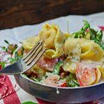 Lauwarmer Tortelloni-Salat mit FrischkäseDressing.
