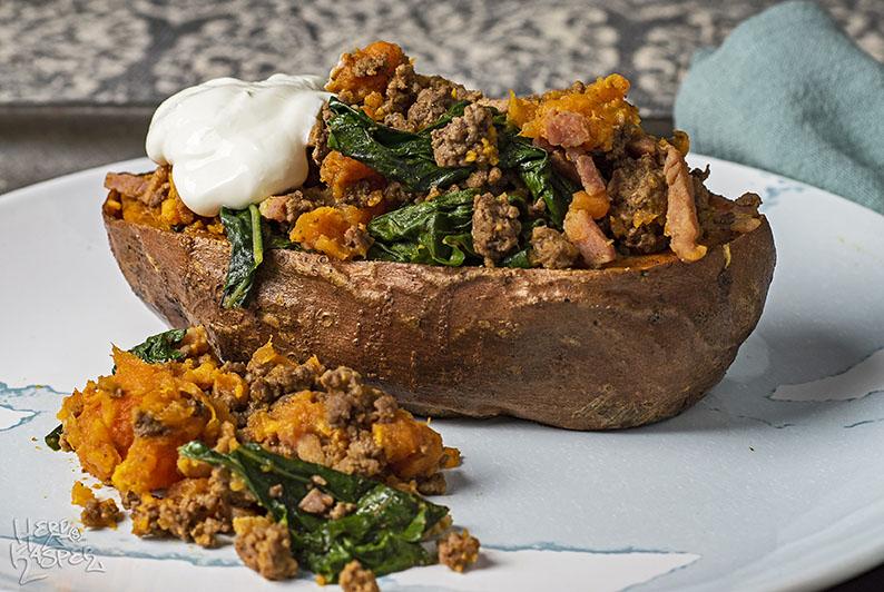 Gefüllte Süßkartoffel mit Mangold, Hack und Bacon