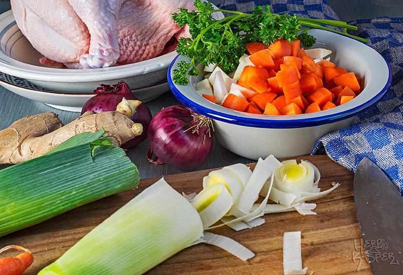 Viele frische Zutaten für die Hühnersuppe