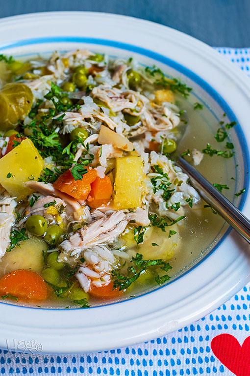 Lecker und deftig: Hühnersuppe mit frischen Zutaten.