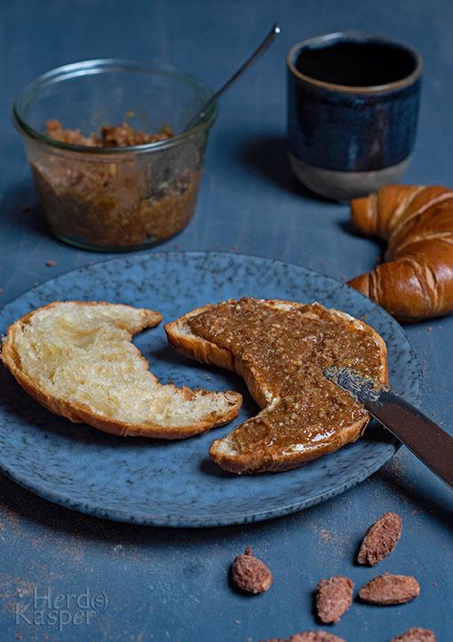 Ein Croissant mit selbst gemachtem Brotaufstrich aus gebrannten Mandeln