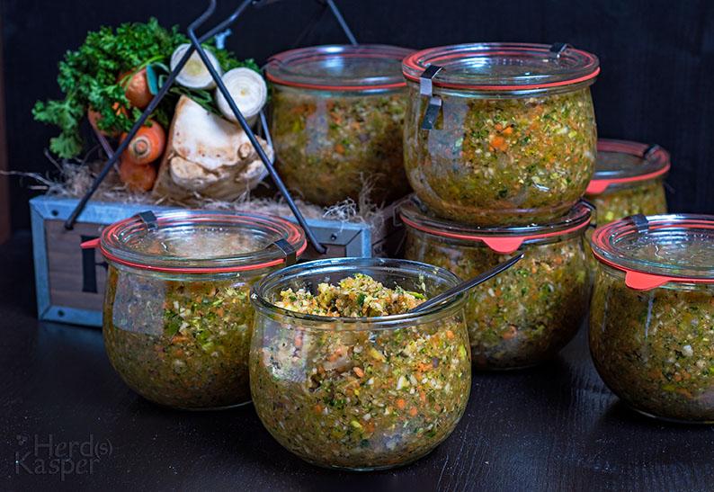 Selbst gemachte Instant-Gemüsebrühe lässt sich hervorragend auf Vorrat herstellen; sie hält sich kühl aufbewahrt mindestens ein Jahr.