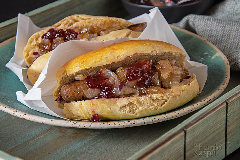 Hot Dog mit Apfelrotkohl, Entenbratwurst und karamellisierten Zwiebeln