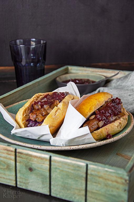 Hot Dog mit Entenbratwurst, Apfel-Rotkraut und karamellisierten Zwiebeln