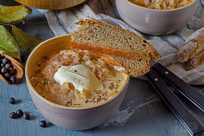 Wärmt Leib und Seele: Sauerkrautsuppe mit Rahm. Und am besten noch ein Stück aromatisches Brot dazu.