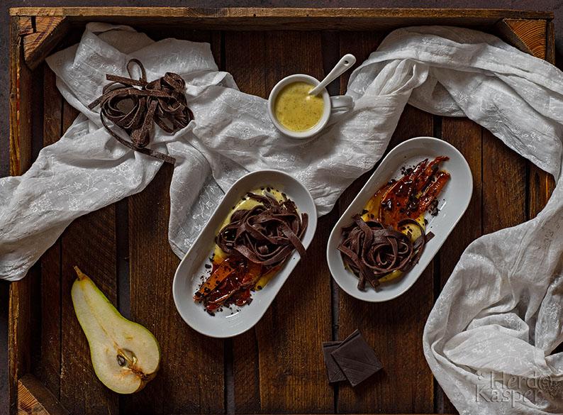 Zum Nachtisch gibt es heute hausgemachte Schokonudeln, dazu karamellisierten Birnenscheiben und Vanillesoße.