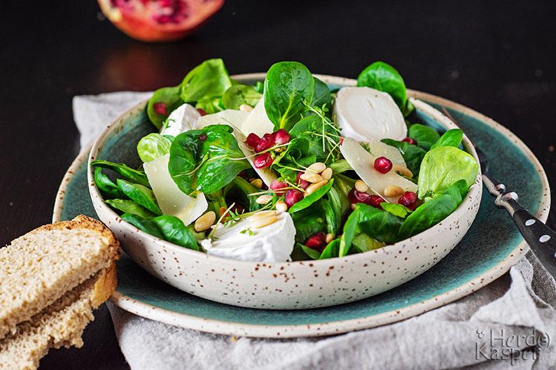 Wintersalat: Knackiger Feldsalat mit Ziegenkäse und Parmesan; dazu ein Dressing mit Himbeeressig und Granatapfelkernen.