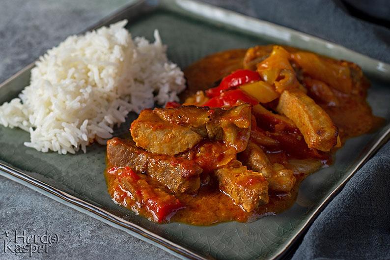 Backofensteaks mit einer leicht scharfen Paprikasoße; dazu passt am besten Reis.