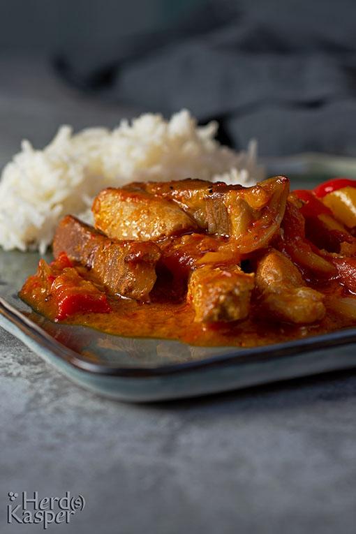 Backofensteaks mit Paprikasoße; dazu Reis.