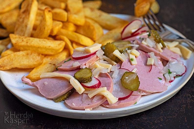 Wurstsalat nach Schweizer Art und Pommes Frittes als Beilage.