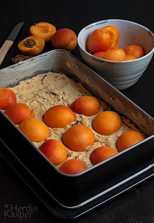Der Aprikosenkuchen wird mit frischen Früchten belegt.