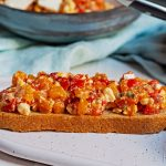 Bruschetta mit Paprika und Feta-Käse