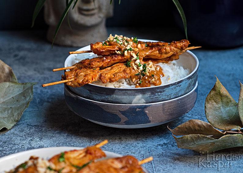Saté-Spieße mit Reis und einer cremigen Erdnuss-Soße.