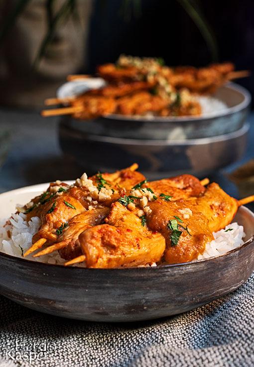 Saté-Spieße mit Reis und cremiger Erdnuss-Soße