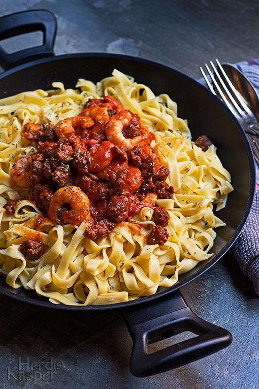 Frische Pasta mit Merguez-Brät und Garnelen