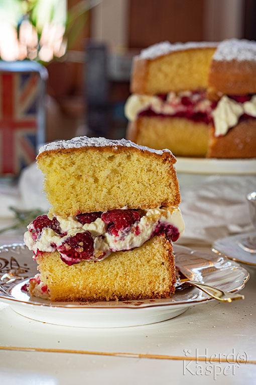 Victoria Sandwich Cake mit einer Füllung aus Crème double, Himbeerkonfitüre und frischen Himbeeren.