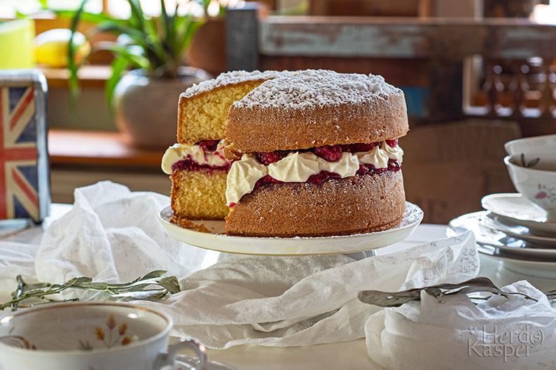 Königlicher Afternoon Tea mit Victoria Sandwich Cake.