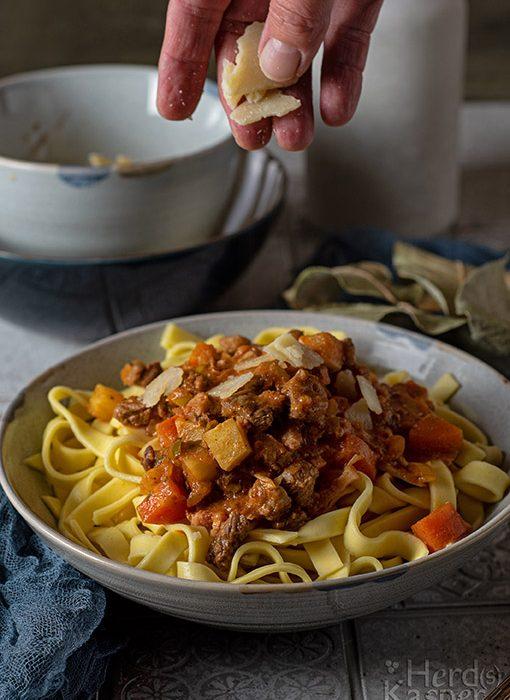 Ragù alla Bolognese - dazu gehört unbedingt frisch gehobelter Parmesan.