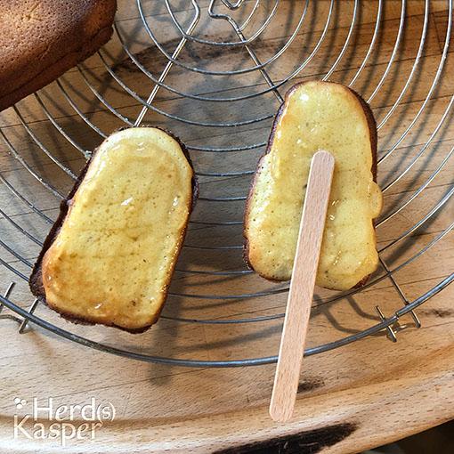 Die Baumkuchen-Hälften mit einer dünnen Schicht Gelee bestreichen.