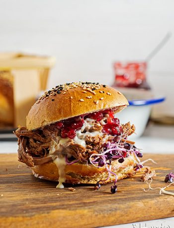 Offenbarung: Burger mit Pulled Beef, Gorgonzola-Soße, frischen Sprossen und Preiselbeerkompott.