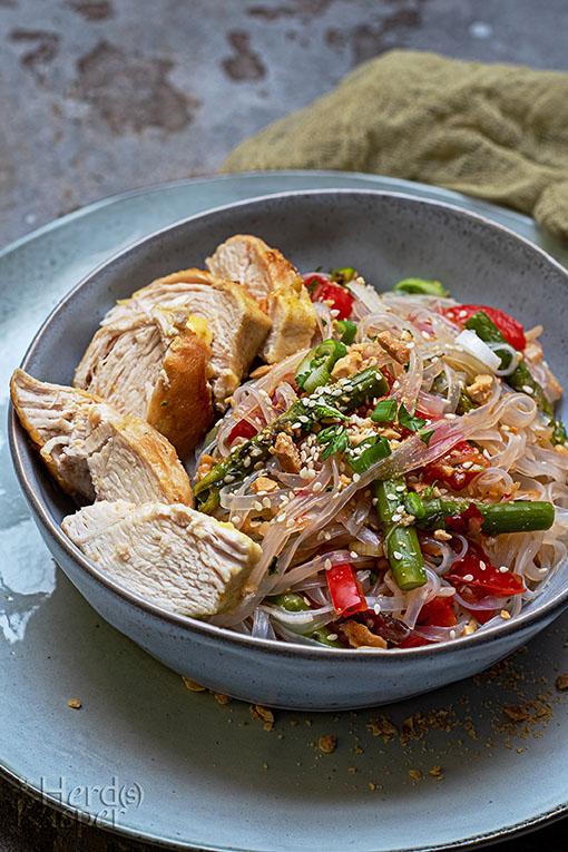 Asiatischer Glasnudelsalat mit Hähnchenbrust.