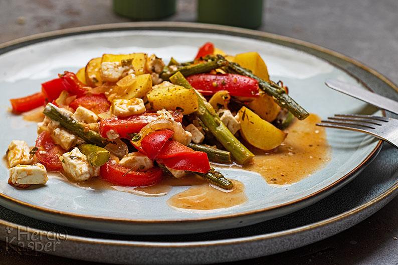 Mediterranes Ofengemüse mit grünem Spargel und Beta-Käse.