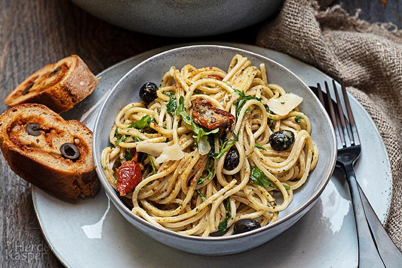 Mediterraner Spaghettisalat; als Beilage gefülltes Baguette.