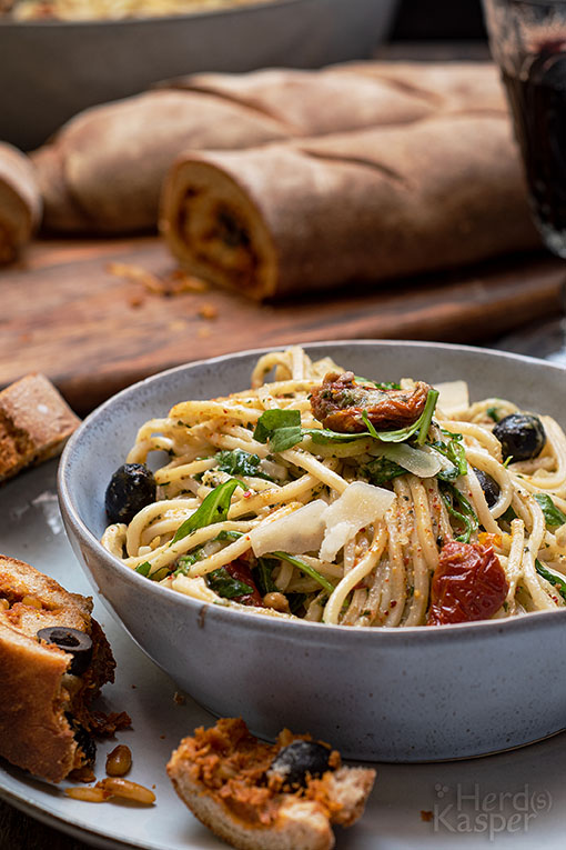 Mediterraner Spaghettisalat mit gefülltem Baguette