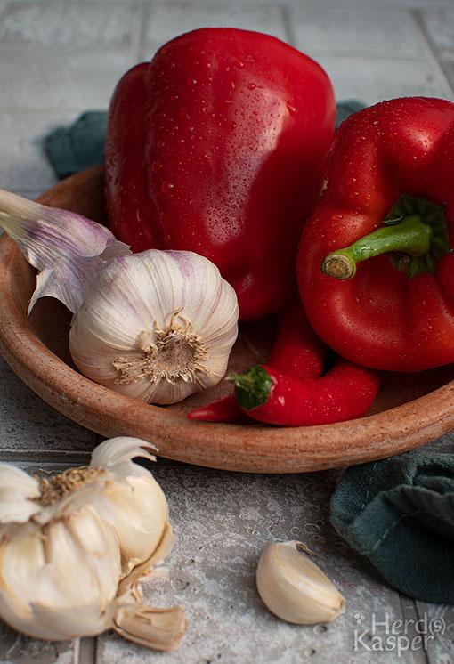 Die Hauptzutaten für die süß-saure Soße: Paprika, Chili und Knoblauch.