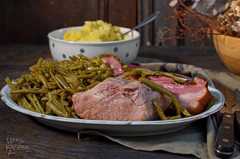 Salzfleisch, Speck, saure Bohnen und Kartoffelpüree.